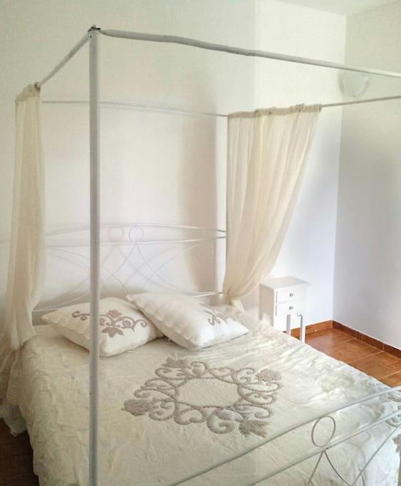 Camera da letto matrimoniale con letto a baldacchino