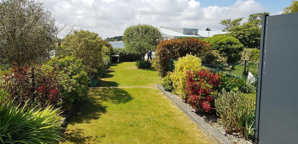 Le jardin donne sur le golf de Lancieux