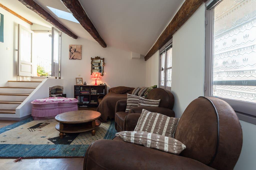 La chambre/salon qui donne sur la terrasse privée et la cuisine. Intimité totale.