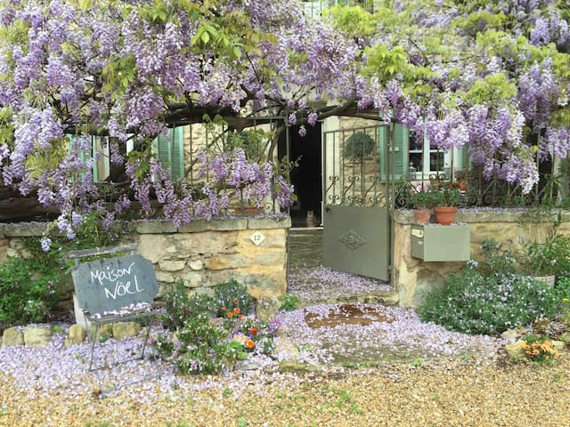 B&B in Charming Village House. Wisteria Room