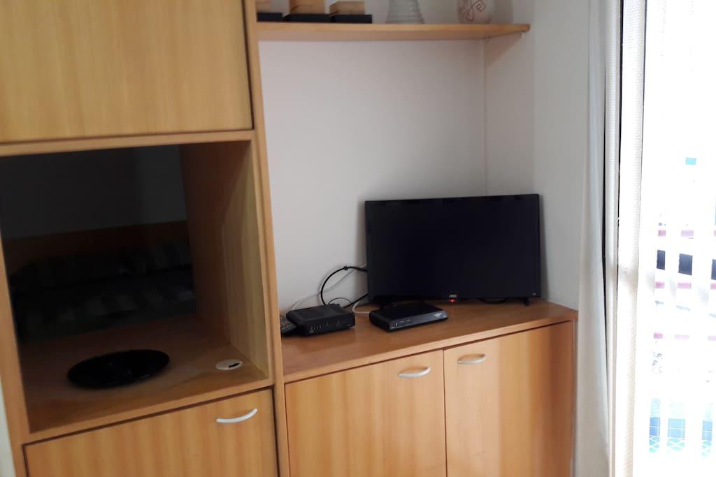 Estante na sala com TV a cabo