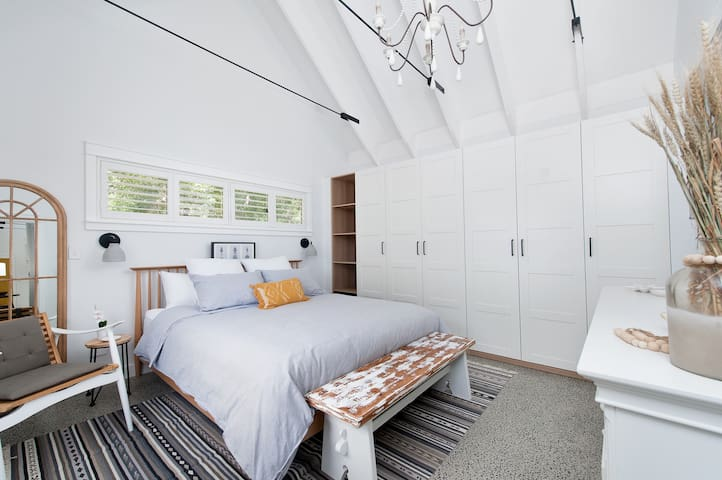 Quality King Size comfy bed in your full size bedroom awaits your stay.  Quality linen supplied, high ceilings, and a smart tv make this room outstanding.