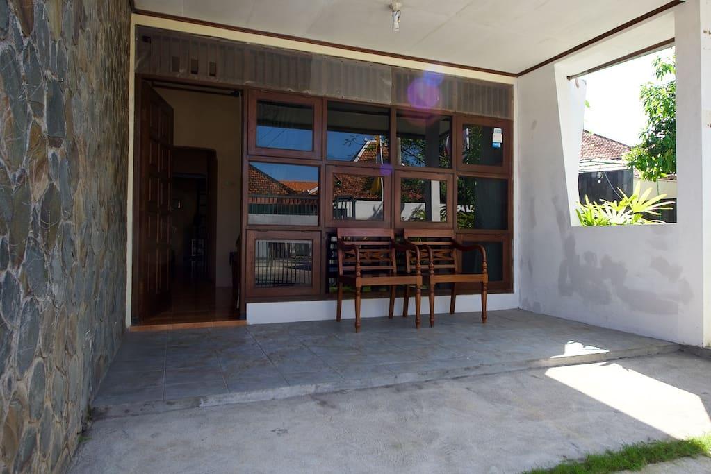 House veranda, can accommodate a car and just for sitting enjoying people walk around (beranda rumah yang nyaman untuk bersantai menikmati lingkungan).