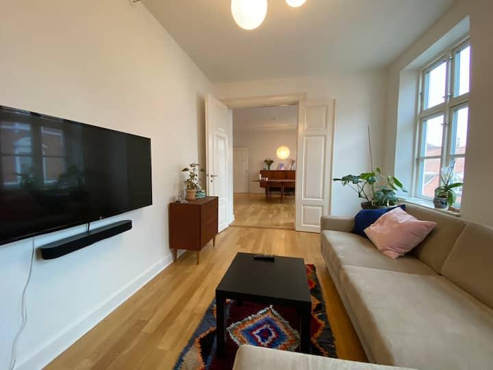Stor 3-værelses i en af Aarhus' hyggeligste gader