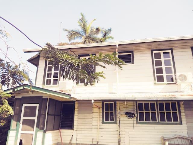 Cómoda habitación en hermosa casa de madera