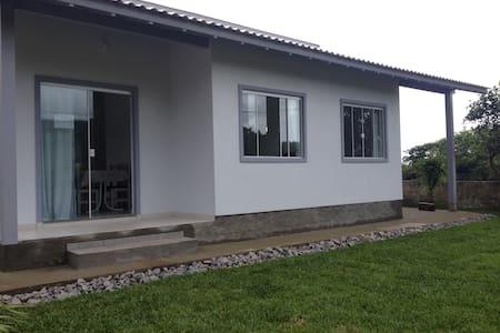 Casa nova até 4 pessoas a 250m da Praia da Gamboa - Garopaba