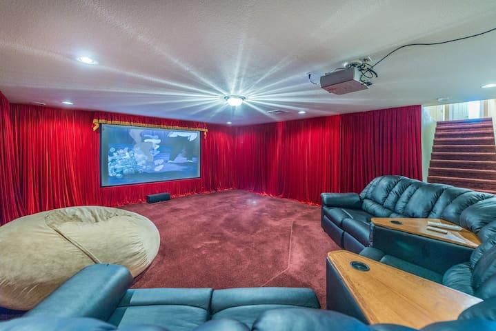 5BR/4.5BA Sleeps 14 - Luxury Home with Theater