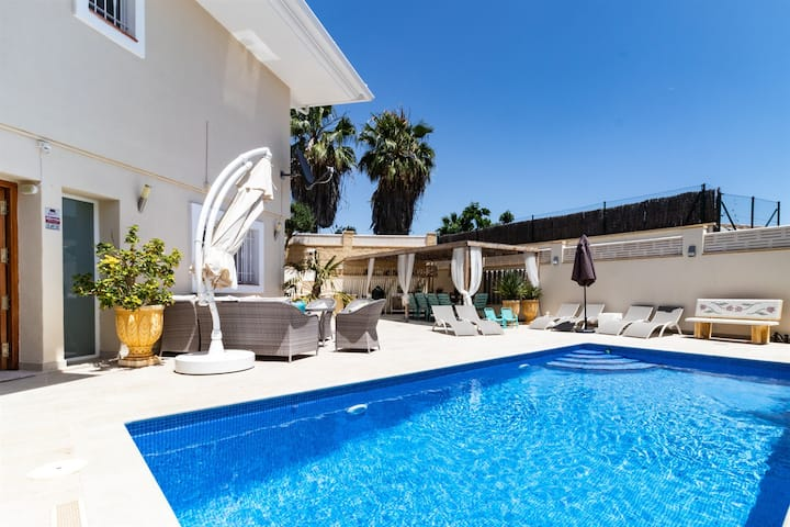 Detached 10 pers. villa with private pool and free Wi-Fi in the Alicante region.