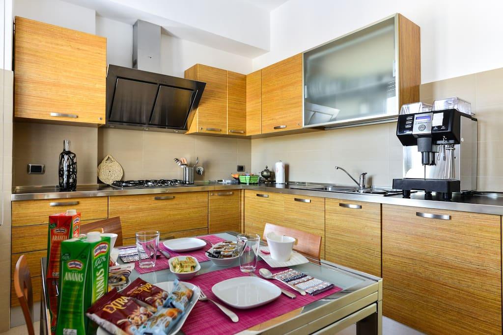 La cucina con il tavolo apparecchiato