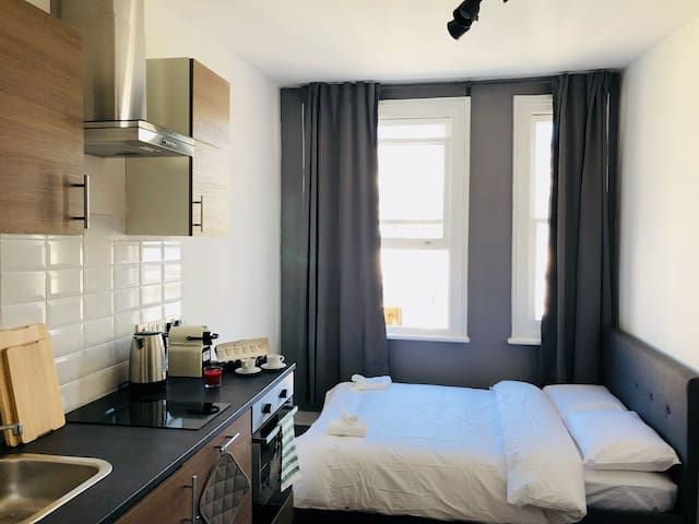 comfortable Studio Kensington close to the station