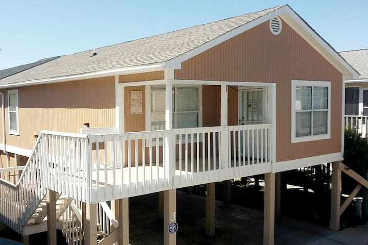 """Cottage by the Sea"" 2 BR w/King *Garden City, SC"