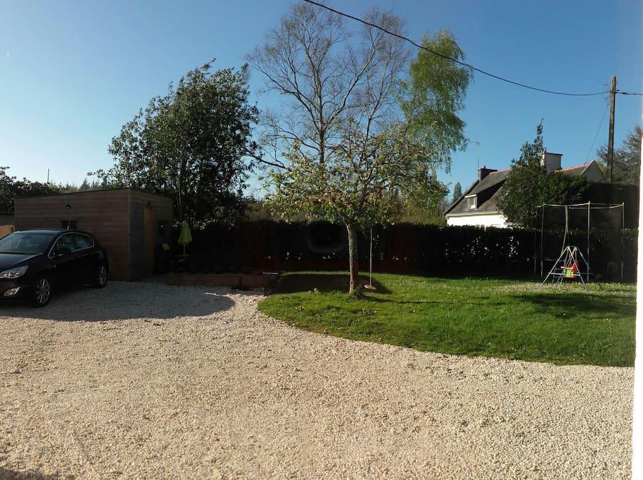 jardin avec terrasse pour l'apéritif devant l'abri de jardin
