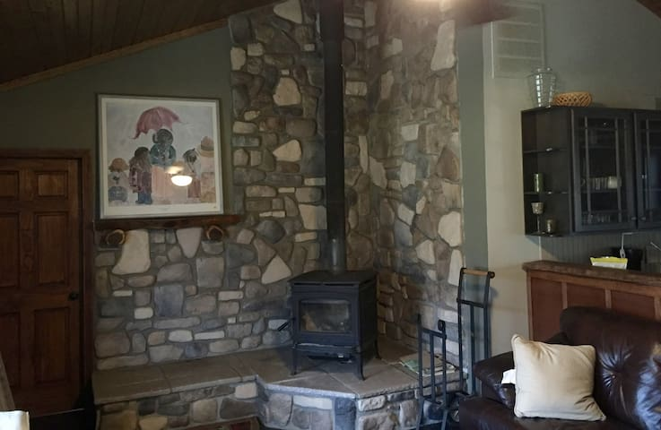 *Cozy Cabin On 15 Acres that borders State Park!