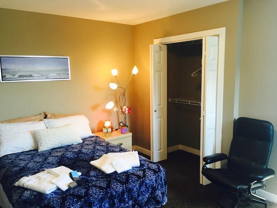 Cozy Paradise Room: Cozy room with Fluffy Pillows... Home away from Home