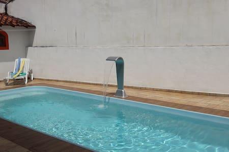 Casa com piscina em cond. fechado para 10 pessoas.