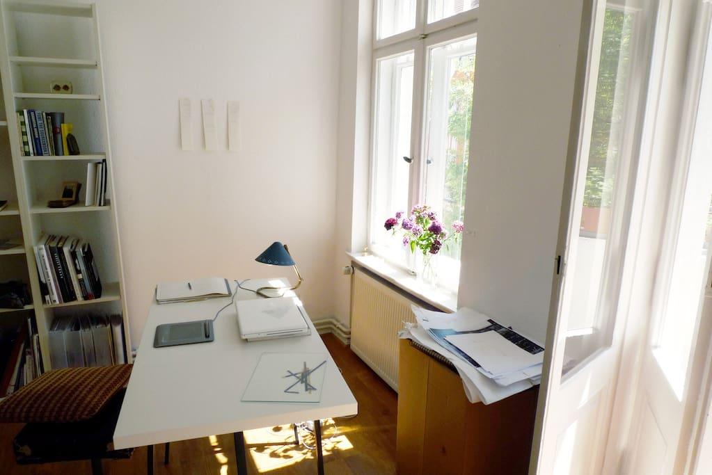 Wohnzimmer, Schreibtisch.