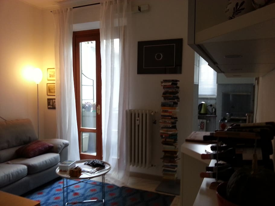 Soggiorno con divano e balcone - Living room with sofa and balcony