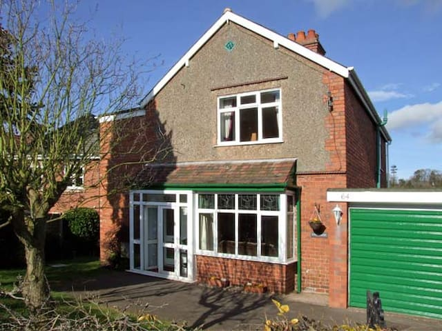 LONINGSIDE, family friendly, with a garden in Wombourne, Ref 9195