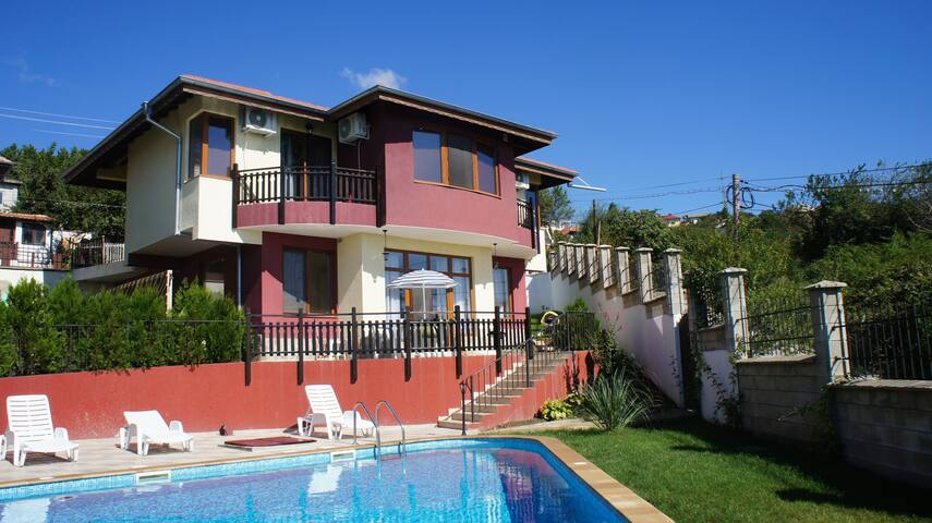Family villa with a pool and sea view - Kavarna - Casa
