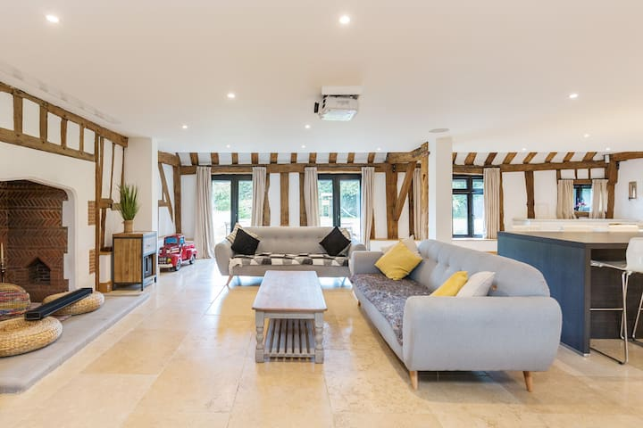 Entertain and Relax in Stunning Converted Barn Villa