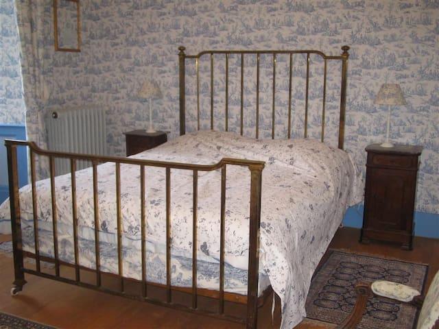 grand lit ancien tout confort en160 de large