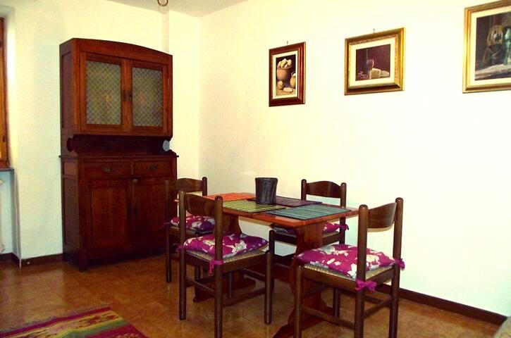 Il soggiorno con tavolo e credenza