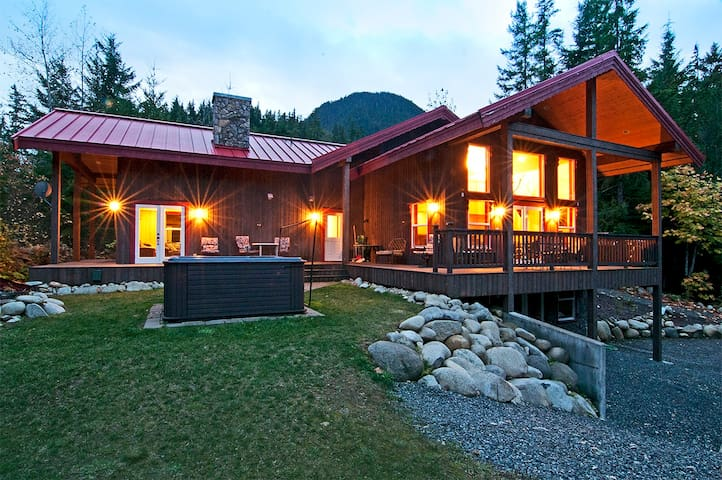 MONEY CREEK LODGE - Hot tub, views! - Skykomish - House
