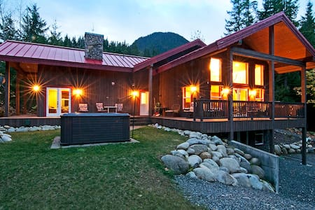 MONEY CREEK LODGE - Hot tub, views! - Skykomish