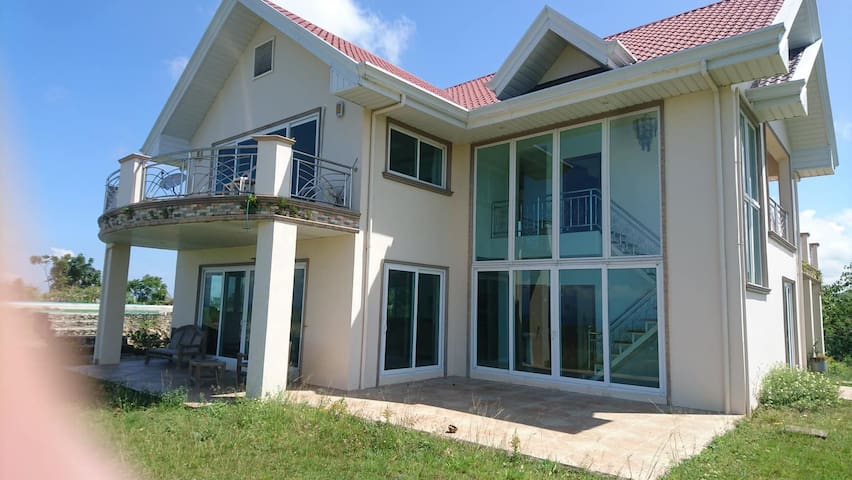 4 bedrooms, all with own private shower toilet..