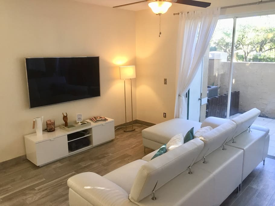 Living room with spacious leather couch. 55' Smart TV with Cable (and Brazilian Channels)