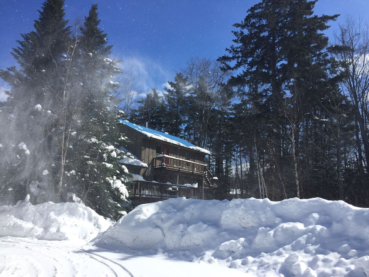 Private secluded setting in hart of Killington, right on access road 3 min to ski slopes. Big private parking lot, hot tub.