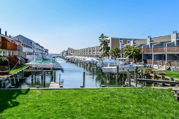 Vibrant Bay-side Condo with Views of the Water