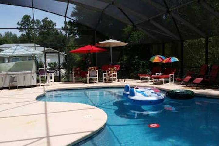 3 BR*2 BA*Hot tub*Lite Brfst*Pool*NOT ENTIRE HOME