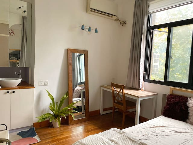 Downtown Bright Room w Private Bathroom
