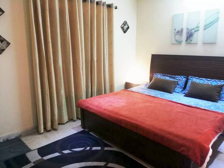 Clean Private Room   Separate entrance & breakfast