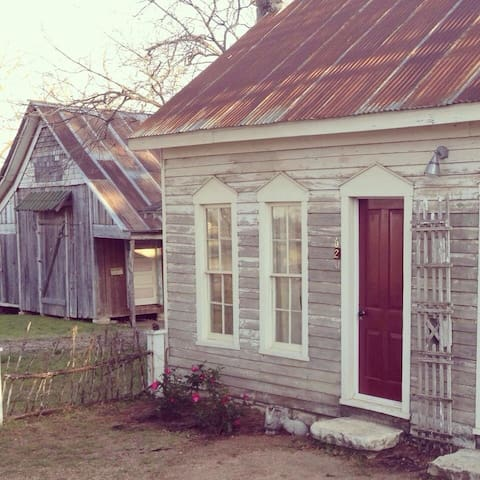 Cottage in Historic Granbury - Granbury - บ้าน