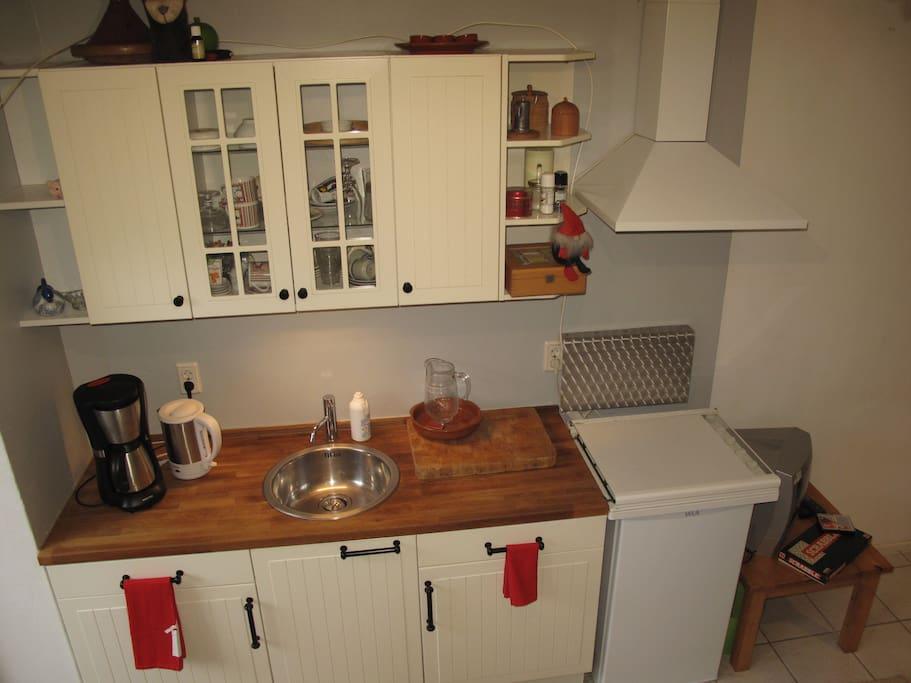 keuken met gasfornuis ijskast.afzuig kap.waterkoker en koffiezet apparaat
