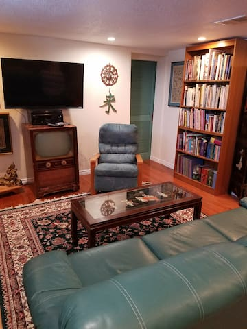 Eclectic artistic literary suite  NO CLEANING FEE