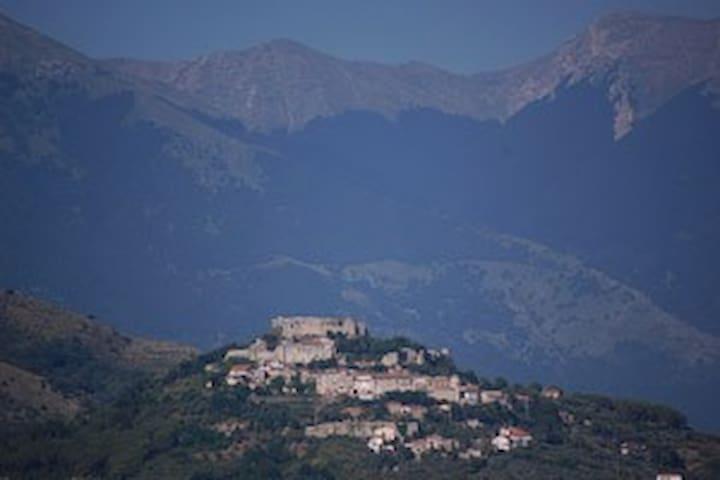 Il paese con il castello e le montagne del parco d'abbruzzo