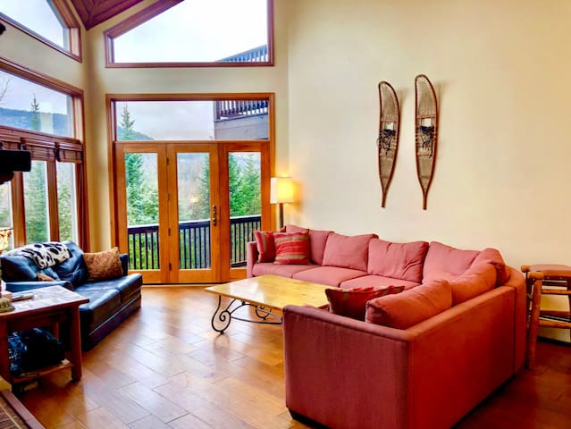 CR3: Spacious Crawford Ridge Townhome with Mt Washington views - just a short walk from the ski lodge and the slopes! Free resort shuttle. Grocery delivery available!