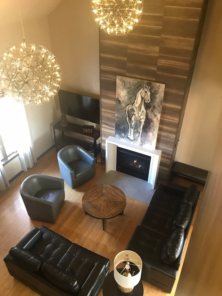3 King Suites! Newly Renovated Townhouse 11+guests