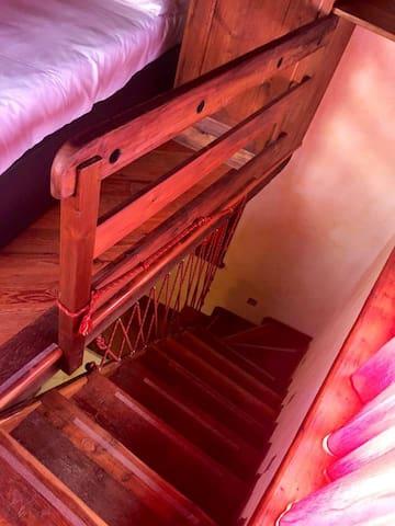 Scala in legno d'accesso alla camera da letto