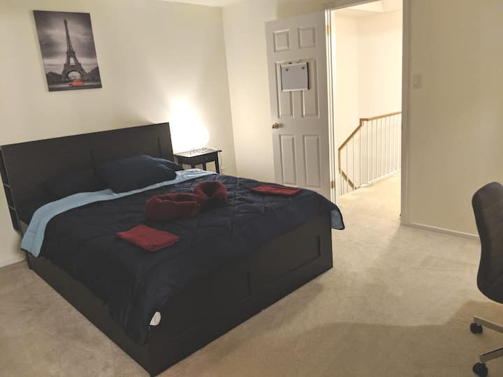 Townhouse Master bedroom w Queen size bed