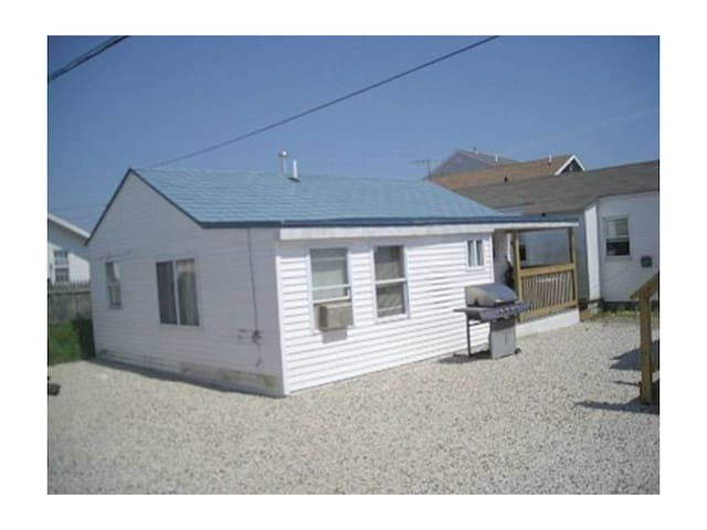 Cozy & Cute 3 BR Cottage AC, Grill, Walk to Beach! - Hampton - Haus