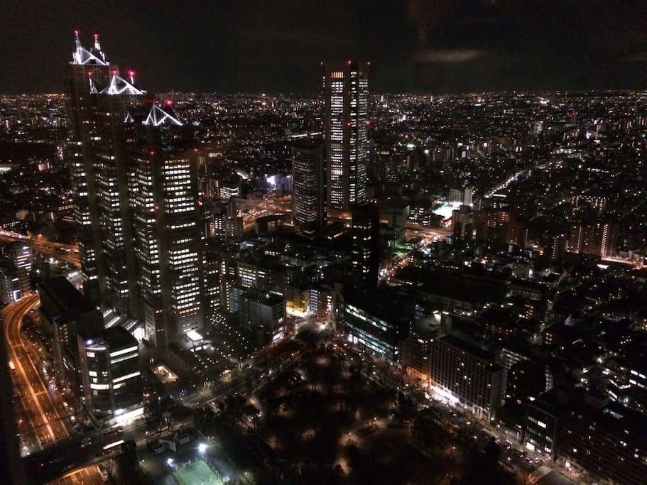Night view from Tokyo Metropolitan 3 min walk away from the apartment(3分鐘路程的東京都廳夜景)