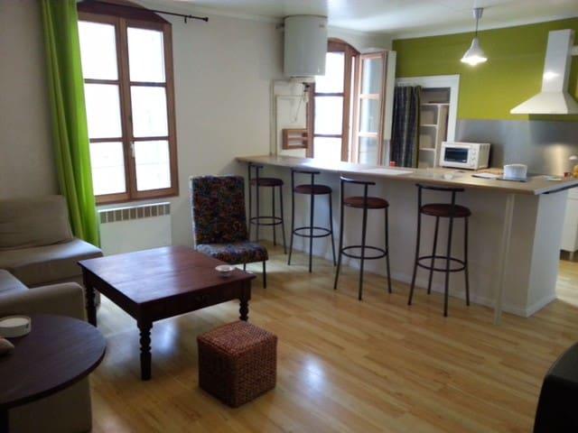 Appartement F3, centre ville 75m2 (4/6p), 2d étage - Sommières - Apartemen