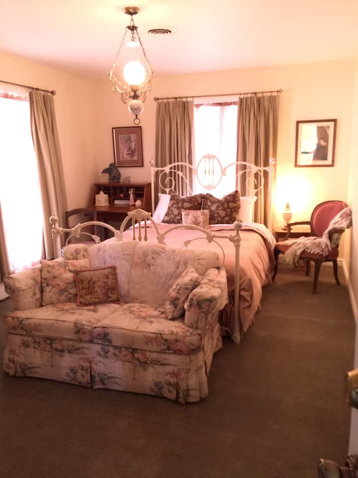 The Downham Queen Suite @ The Yardley Inn and Spa