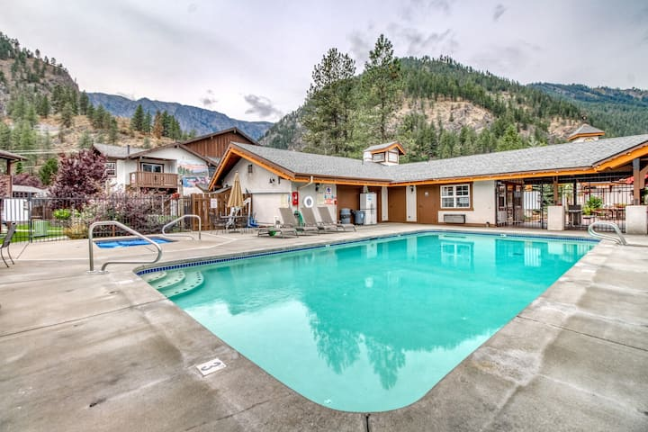 Family-friendly condo w/ patio, shared pools & hot tubs - walk downtown!