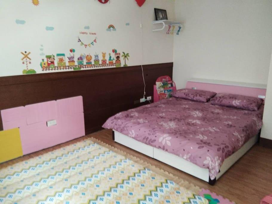 一個雙人床一個日式床墊