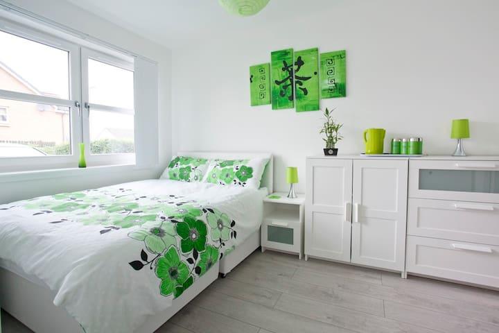 Newly build room with en suite bathroom - Edinburgh - House